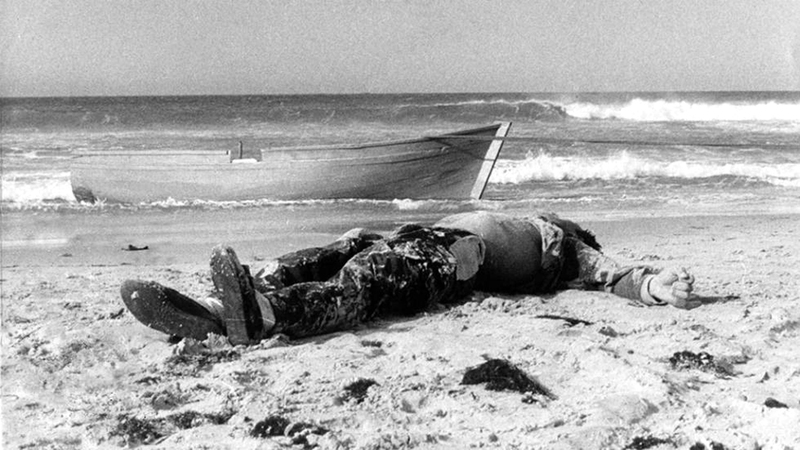 أول جثة لمهاجر غير شرعي لقي حتفه غرقاً في شواطئ إسبانيا.  من المصدر