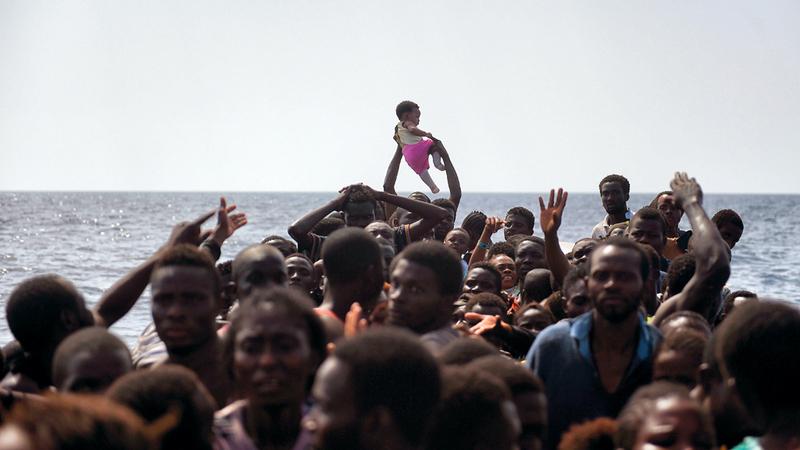 مهاجرون في عرض البحر بانتظار من ينقذهم. أ.ف.ب