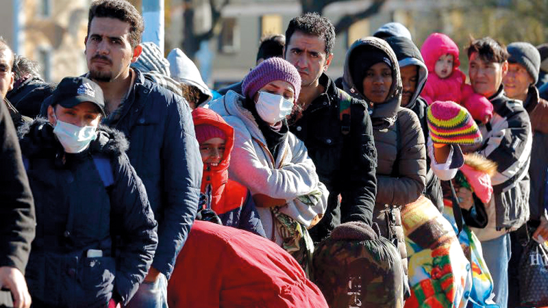 مهاجرون يصطفون في جسر بين النمسا وألمانيا استعداداً لدخول البلاد.  من المصدر