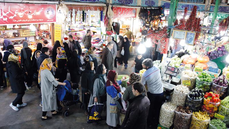 إيرانيون يتسوقون بطهران في وقت يتحدث فيه المراقبون عن تأثير العقوبات الأميركية الأخيرة على إيران. إي.بي.أيه