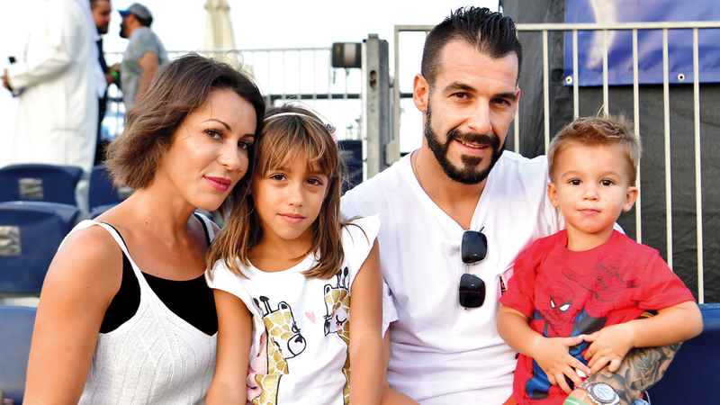 نيغريدو مع عائلته خلال متابعته أمس كأس القارات للكرة الشاطئية.  تصوير: باتريك كاستيلو
