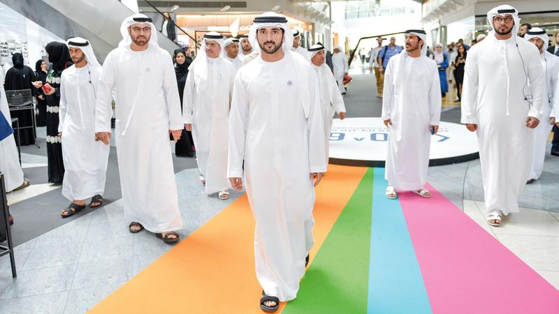 حمدان بن محمد خلال زيارته إلى «منطقة 2071» بأبراج الإمارات في دبي.  وام