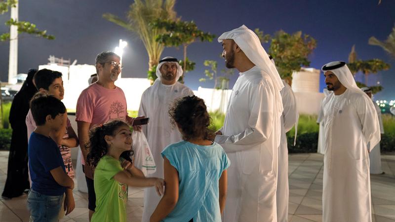 محمد بن زايد تبادل الأحاديث الودية مع مرتادي المشروع خلال الجولة.  من المصدر