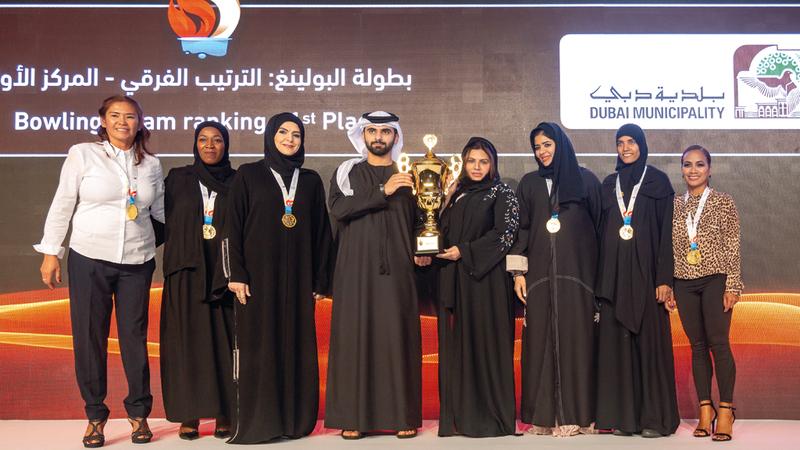 منصور بن محمد خلال تكريم الفائزات. من المصدر