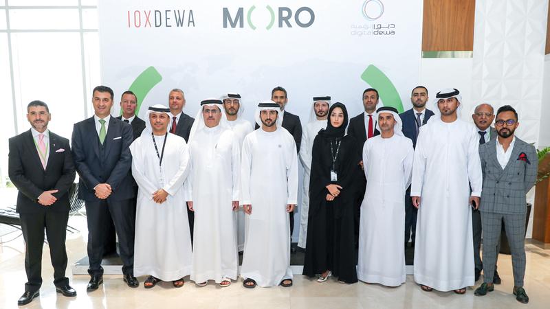 حمدان بن محمد يتوسط فريق عمل مركز ومنصة البيانات للحلول المتكاملة «مورو».. وإلى جانبه الطاير.  من المصدر