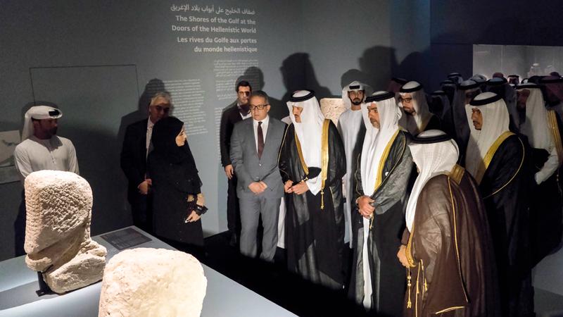 حامد بن زايد وسلطان بن سلمان خلال جولتهما في أروقة المعرض. وام