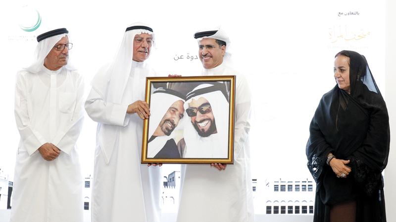 سعيد الطاير وعارف الشيخ بحضور رفيعة غباش وعبدالغفار حسين. من المصدر
