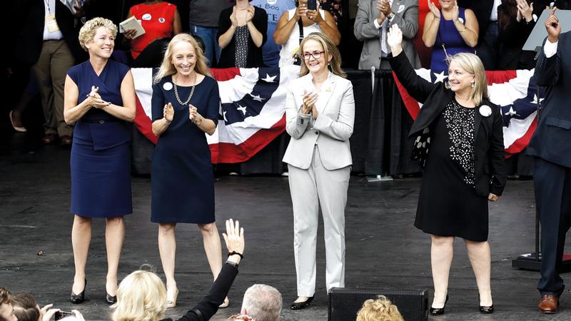 صورة تجمع مرشحات للكونغرس من ولاية بنسلفانيا هن (من اليسار): كريسي هولاهان، وماري جاي سكانلون والنائبة مادلين دين، وسوزان وايلد، أثناء مشاركتهن في الحملة الانتخابية.  أ.ب