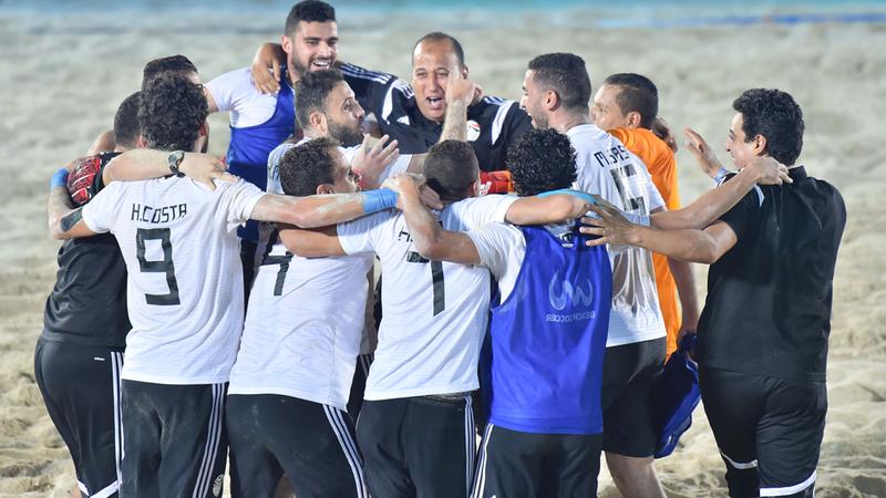 فرحة كبيرة للاعبي المنتخب المصري لكرة القدم الشاطئية بعد الفوز أمس في مباراة مثيرة على إسبانيا 7-6، ليحجز «الفراعنة» مقعدهم في نصف نهائي كأس دبي للقارات برفقة المنتخب البرازيلي عن المجموعة الأولى. الإمارات اليوم