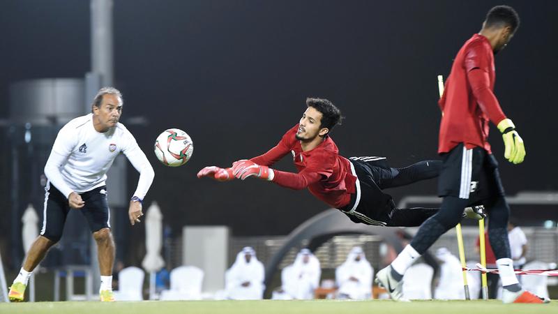 الحارس الواعد محمد الشامسي يطير على كرة خلال تدريبات المنتخب. من المصدر