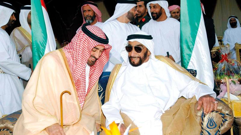 الشيخ زايد في حديث باسم مع الشيخ محمد بن زايد آل نهيان.  أرشيفية