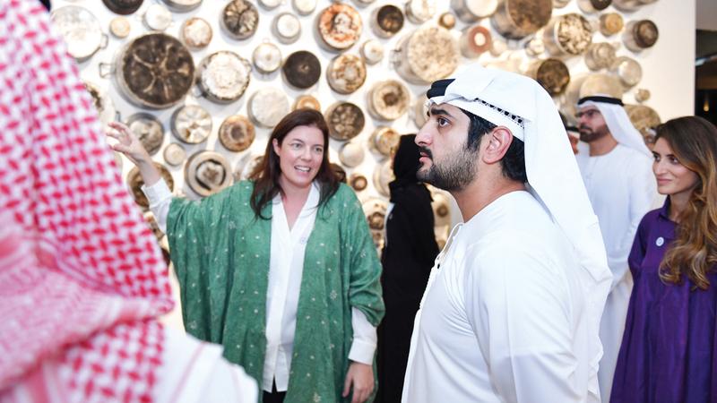 مكتوم بن محمد تجول في أروقة المعرض واطلع على الأعمال والتجارب الفنية المتنوعة. من المصدر