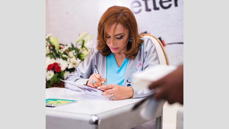 مستغانمي وقعت كتابها لجمهور معرض الشارقة للكتاب. من المصدر
