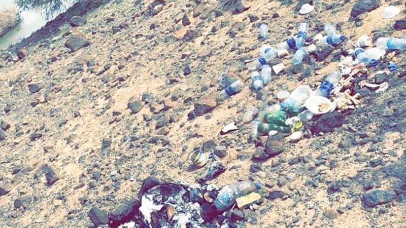 ترك مخلفات الشواء والطعام في البر يعرض صاحبها للمسؤولية القانونية. من المصدر