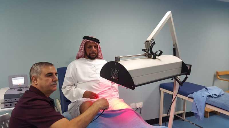مواطن يتلقى العلاج الطبيعي في عيادة نادي حتا بإشراف الدكتور كنجو. من المصدر