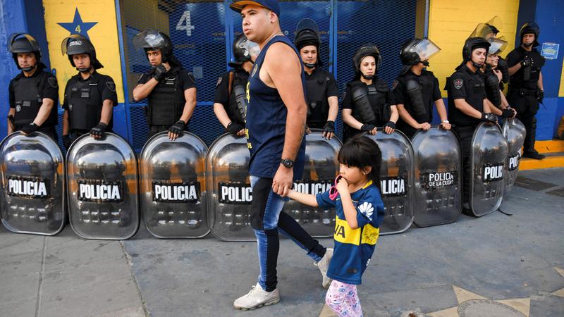 رجال شرطة في الأرجنتين يحرسون شباك التذاكر لمباراة النهائي المنتظر في بوينس آيرس.  أ.ف.ب
