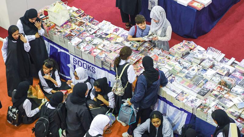 الأسعار الزهيدة أتاحت للطلبة والأطفال فرصة اقتناء الكتب.  تصوير: أسامة أبوغانم