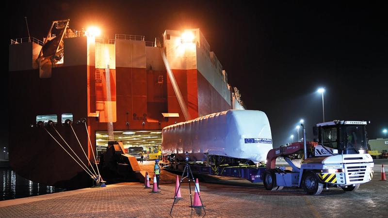 القطار الجديد لدى وصوله إلى ميناء جبل علي. من المصدر