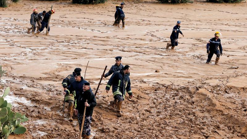 فرق الإنقاذ الأردنية تبحث عن مفقودين. أ.ف.ب