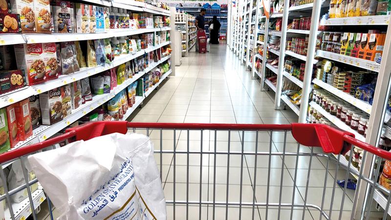 «الوزارة» أكدت حرصها على تثبيت أسعار السلع الاستراتيجية التي تهم الأسر. تصوير: باتريك كاستيلو