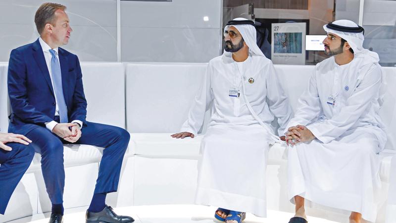 محمد بن راشد خلال لقائه رئيس مجلس إدارة منتدى «دافوس». وام