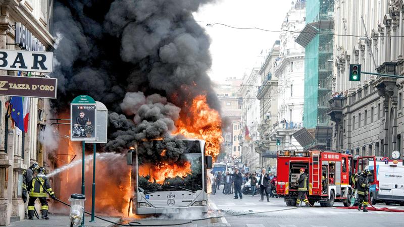 إحدى الحافلات التي انفجرت في روما. أرشيفية