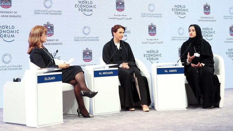 المهيري (وسط) خلال جلسة رئيسة في اجتماعات «مجالس المستقبل العالمية». تصوير: أحمد عرديتي