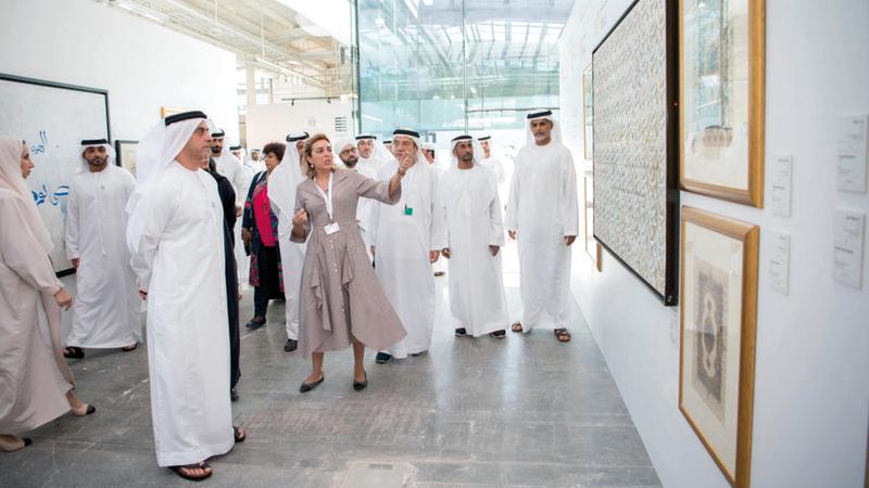 سيف بن زايد خلال جولته في أروقة المعرض الفني الذي يشمل أعمالاً فنية للفائزين بجائزة البردة في دورتها الـ15. الإمارات اليوم