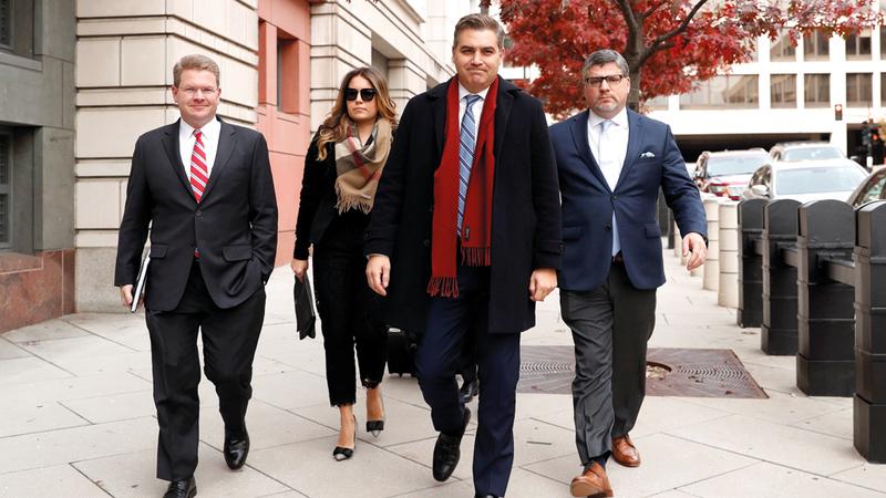 جيم أكوستا يتوسط أعضاء فريق مكتب «سي إن إن» في واشنطن لدى خروجهم من المحكمة.  رويترز