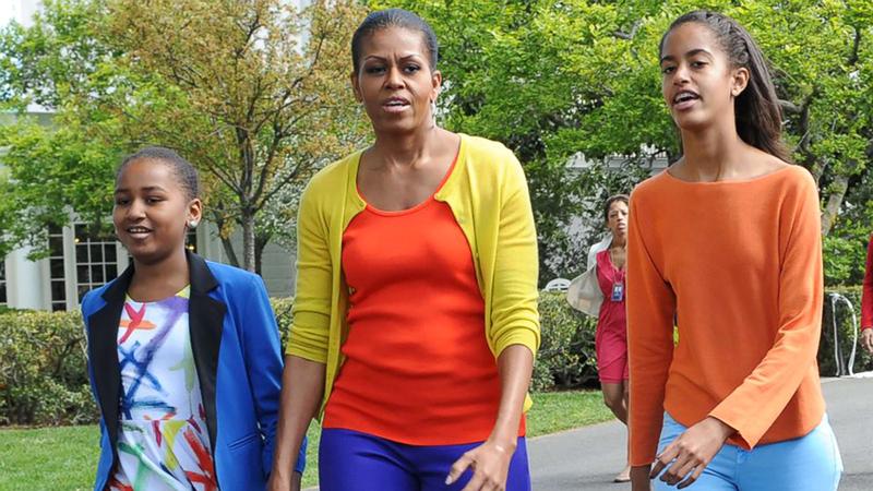 ميشيل أوباما وابنتاها.  من المصدر