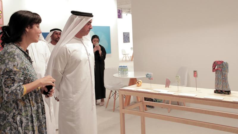 سيف بن زايد خلال جولته في أروقة المعرض.  وام