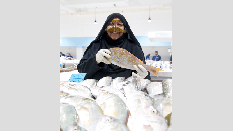 أم ناصر: سوق السمك ليست غريبة عن المرأة الإماراتية. الإمارات اليوم