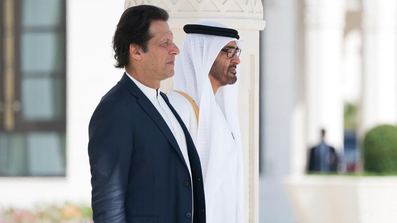 محمد بن زايد خلال استقباله عمران خان. وام
