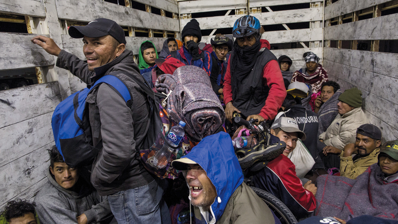 بعض المهاجرين يتنقلون بواسطة شاحنة.  أ.ب
