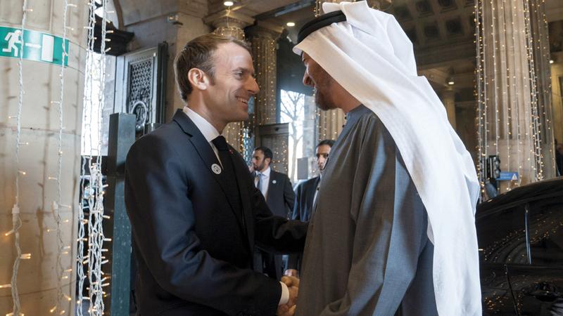 ماكرون ارتدى شعار «عام زايد» خلال استقباله ولي عهد أبوظبي. وام