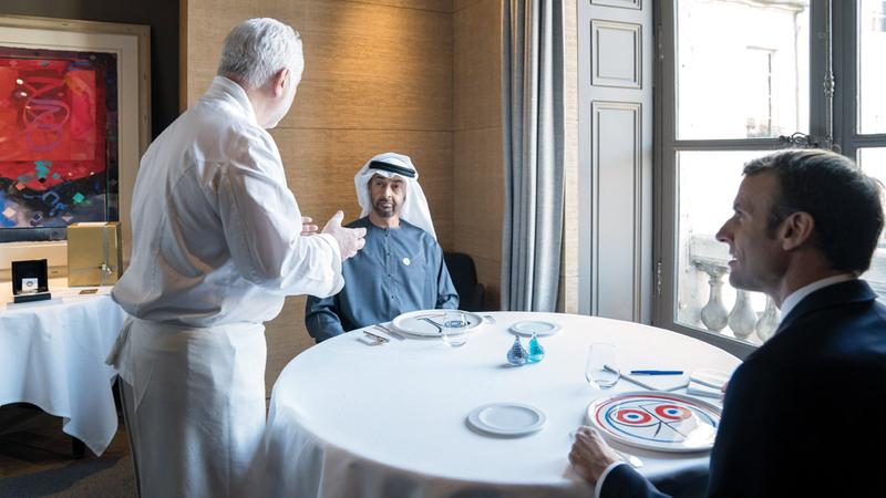الرئيس الفرنسي خلال استقباله محمد بن زايد أمس.