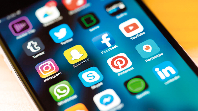 مواقع التواصل الاجتماعي تتيح الإعلان المجاني عن أجهزة وأثاث ومقتنيات مستخدمة. أرشيفية