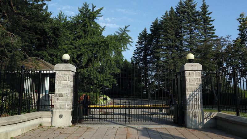 البوابة الخارجية لمنزل 24 ساسكس.  من المصدر
