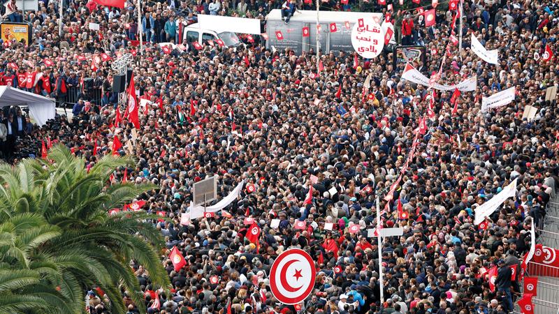 آلاف العمال في تونس يحتجون ضد الغلاء وتجميد الزيادات في الأجور.  رويترز