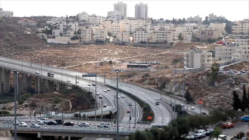 الشوارع الاستيطانية الالتفافية أسهمت في مصادرة أراضي بيت حنينا. الإمارات اليوم