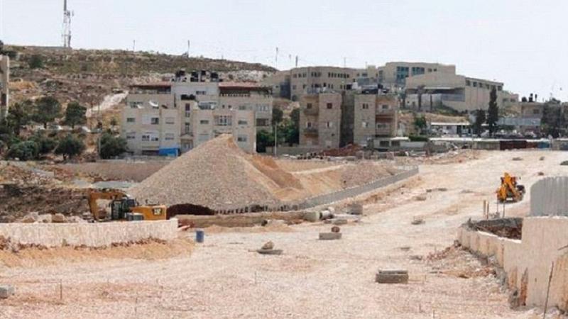 أعمال تجريف تجري لتنفيذ المرحلة الثانية من شارع 21 الاستيطاني بالقرب من مستوطنة «رامات شلومو».  الإمارات اليوم