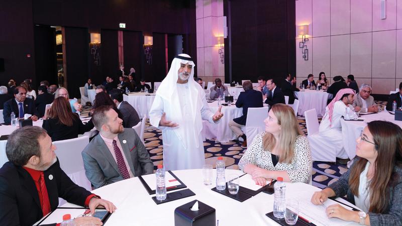 نهيان بن مبارك حرص على الحوار مع المشاركين في جلسات المنتدى.  من المصدر