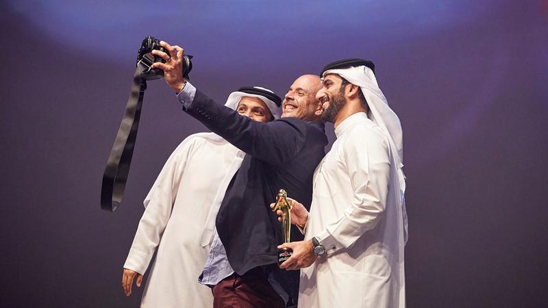 سلطان بن أحمد القاسمي و«سيلفي» ختام المهرجان.  من المصدر