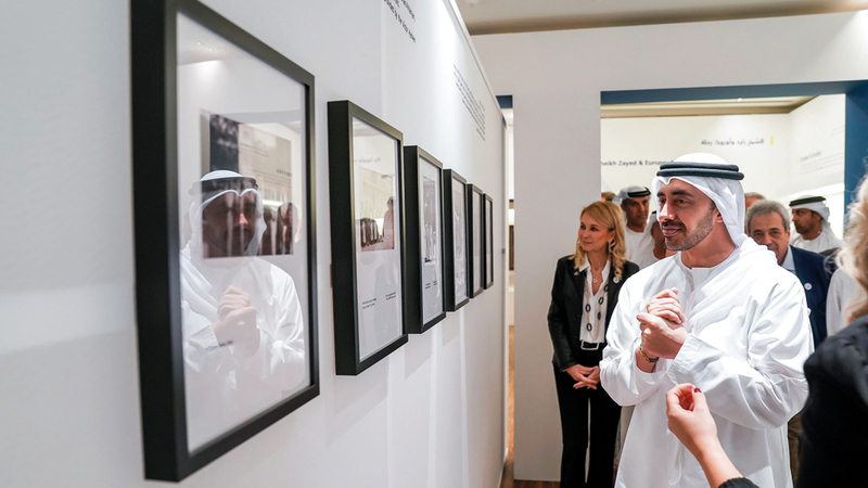 عبدالله بن زايد خلال افتتاح المعرض. وام