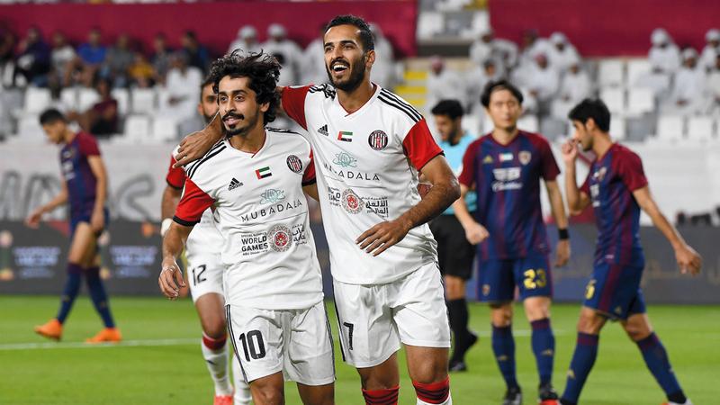 علي مبخوت وخلفان مبارك يحتفلان بالفوز على الوحدة. تصوير: باتريك كاستيلو