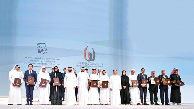 حمدان بن محمد خلال تكريمه الفائزين في النسخة التاسعة بحضور أحمد بن محمد. أرشيفية