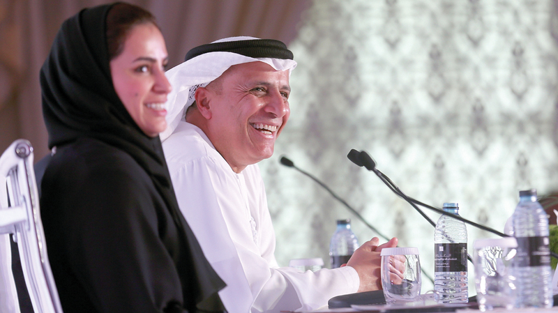 مطر الطاير خلال المؤتمر الصحافي.. وبجواره موزة المري أمين عام الجائزة. من المصدر