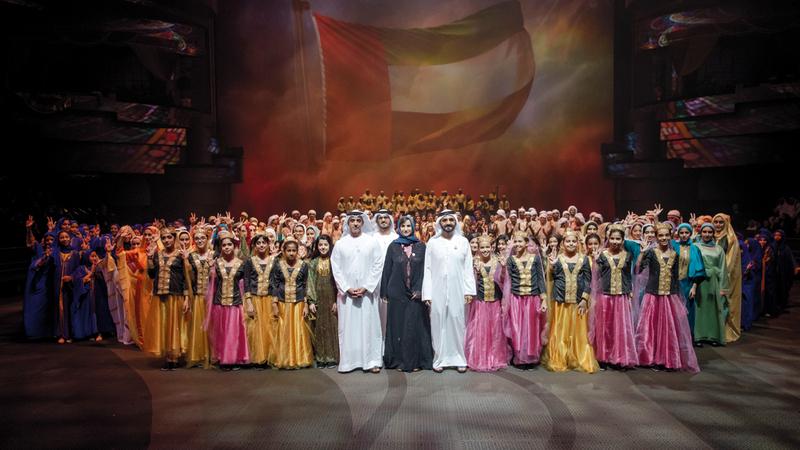 محمد بن راشد في صورة جماعية مع المشاركين في الملحمة بحضور سيف بن زايد. من المصدر