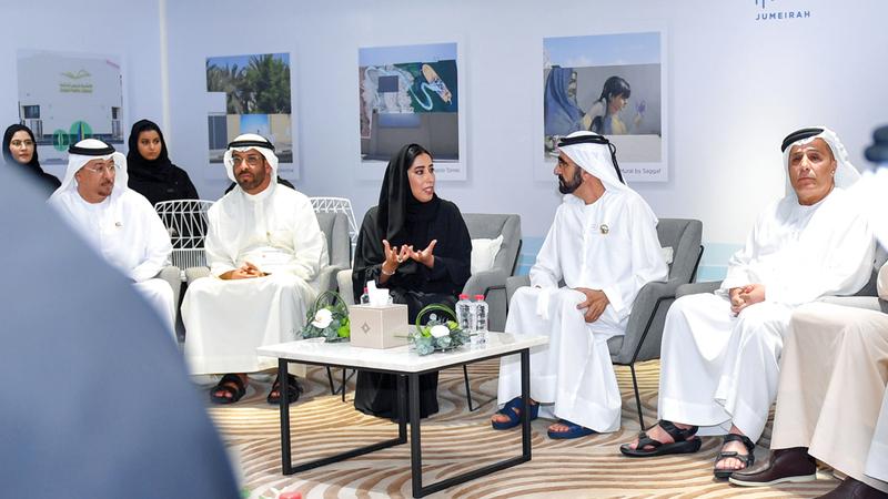 محمد بن راشد خلال اطلاعه على تفاصيل المشروع الهادف إلى تحويل منطقة جميرا إلى وجهة ثقافية ونقطة جذب للمبدعين الإماراتيين وأنحاء العالم. من المصدر