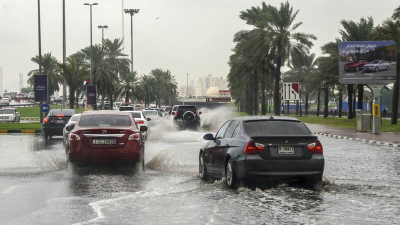 تجمعات المياه أدت إلى حدوث ازدحامات مرورية في العديد من الشوارع. تصوير: أشوك فيرما